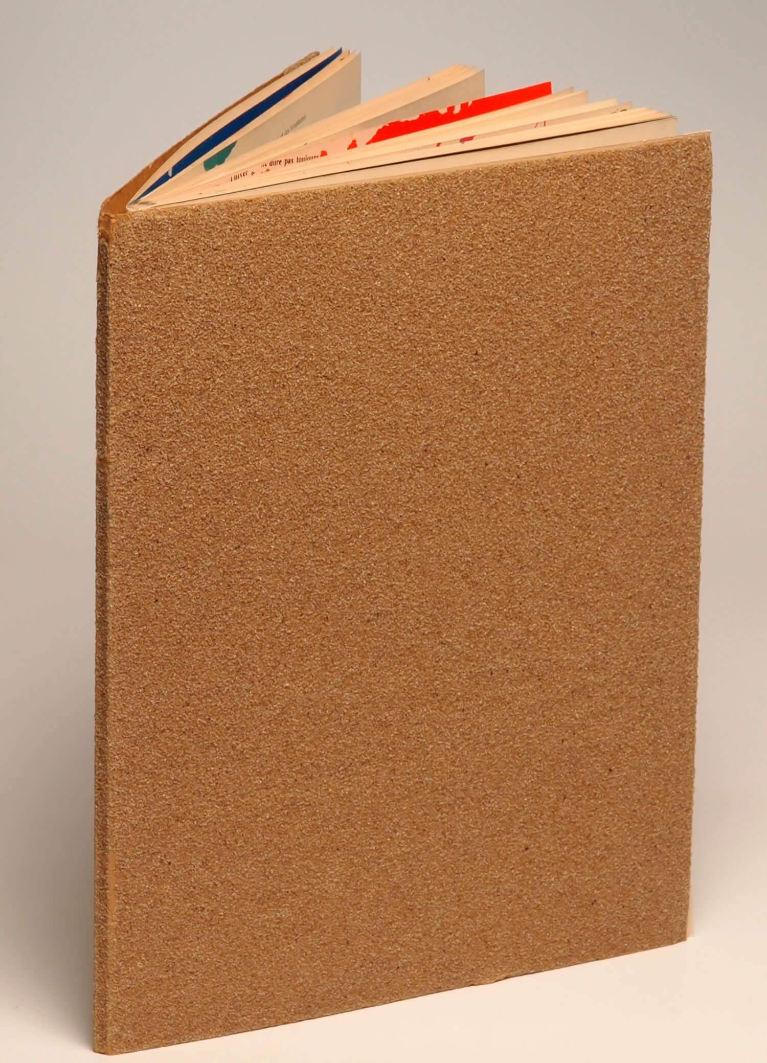 Bogen er bundet ind i sandpapir